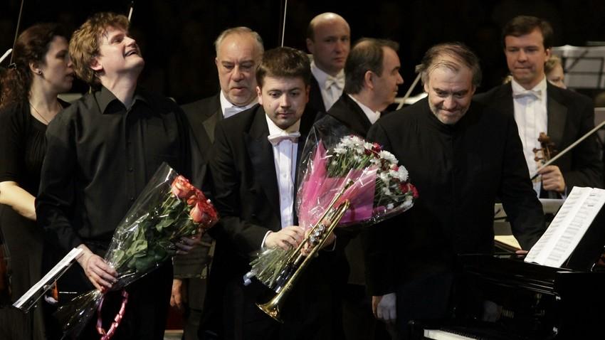 O trompetista Timur Martinov (centro) no 10° Festival de Páscoa de Moscou, em Sarátov, na Rússia.