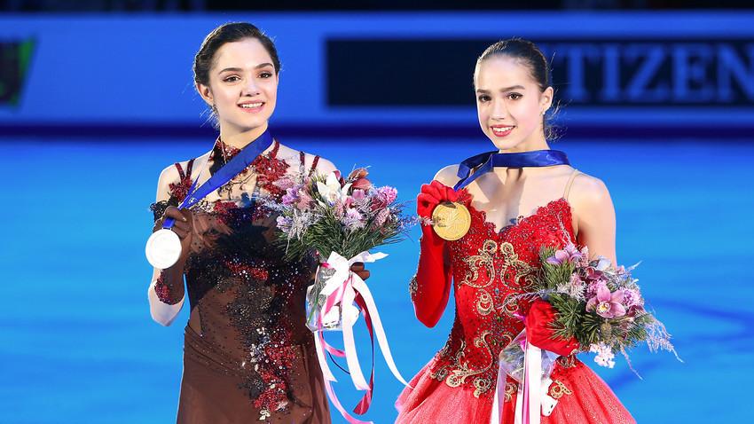 Las patinadoras rusas Evguenia Medvédeva (izq.) y Alina Zaguítova (der.).