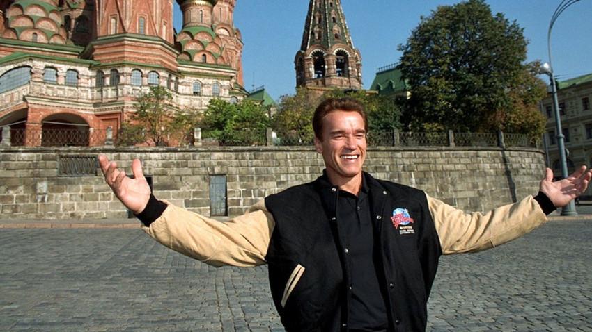 Schwarzenegger v Moskvi leta 1996 na odprtju restavracije Planet Hollywood.