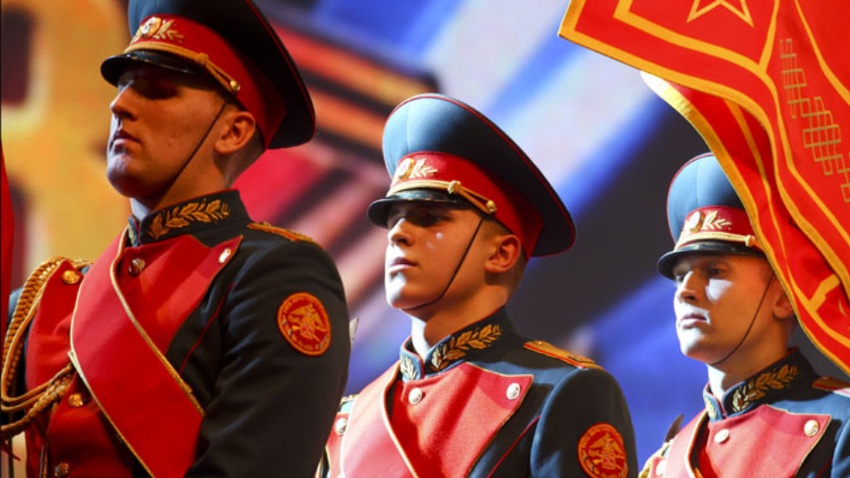 Čeprav je danes to v Rusiji tudi praznik vseh moških, na slovesnostih še naprej prevladujejo vojaška obeležja