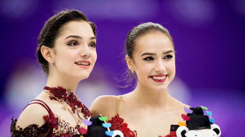 Алина Загитова (вдясно) и Евгения Медведева (вляво), Зимни Олимпийски игри, Пьонгчанг, 2018, Южна Корея.