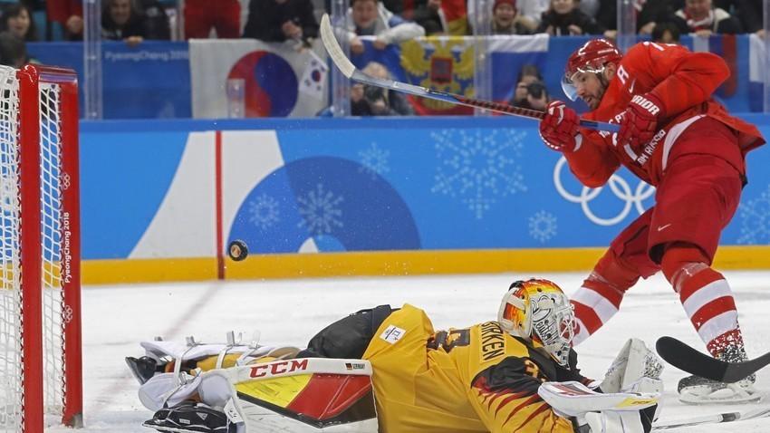 Руският хокеист Иля Ковалчук в дуел с германеца Дани аус ден Биркен.