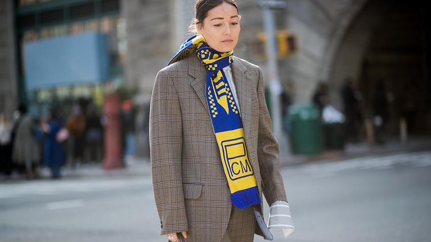"""レイチェル・ワンはニューヨークのファッション・ウィークに""""ロストセリマシュ""""クラブのマフラーを首に巻いて登場し、それゆえ『ヴォーグ』の誌面にも現れた。"""