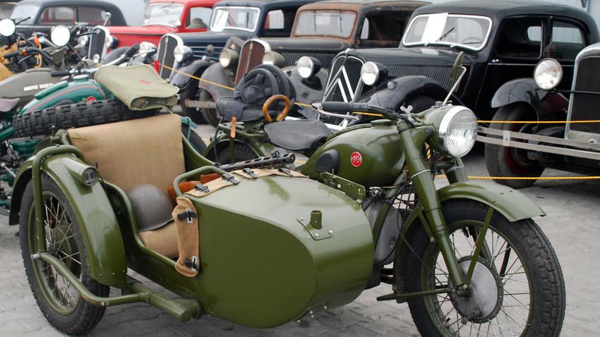 """Мотоциклoт на марката """"Урал"""" во музеј, во Неборов, Полска"""