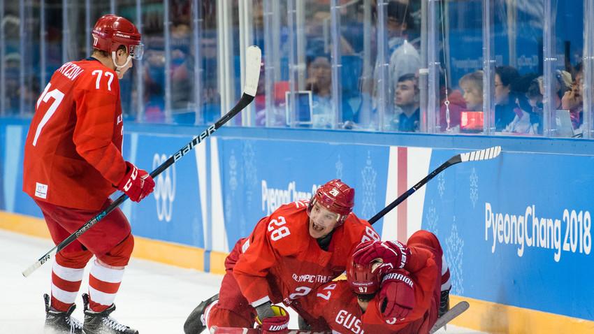 Кирил Капризов (стои), Андреј Зубарев и Никита Гусев (лежи) го прославуваат вториот гол на Никита и изедначувањето на 3:3 во последната минута од натпреварот.