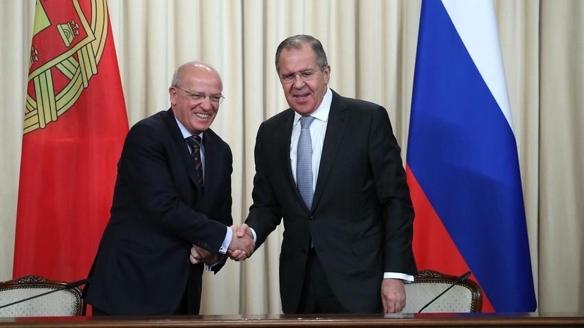 Santos Silva (esq.) e Lavrov, em Moscou