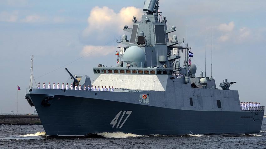 Fregat Laksamana Gorshkov saat latihan terakhir parade angkatan laut untuk merayakan Hari Angkatan Laut Rusia di Kronstadt.