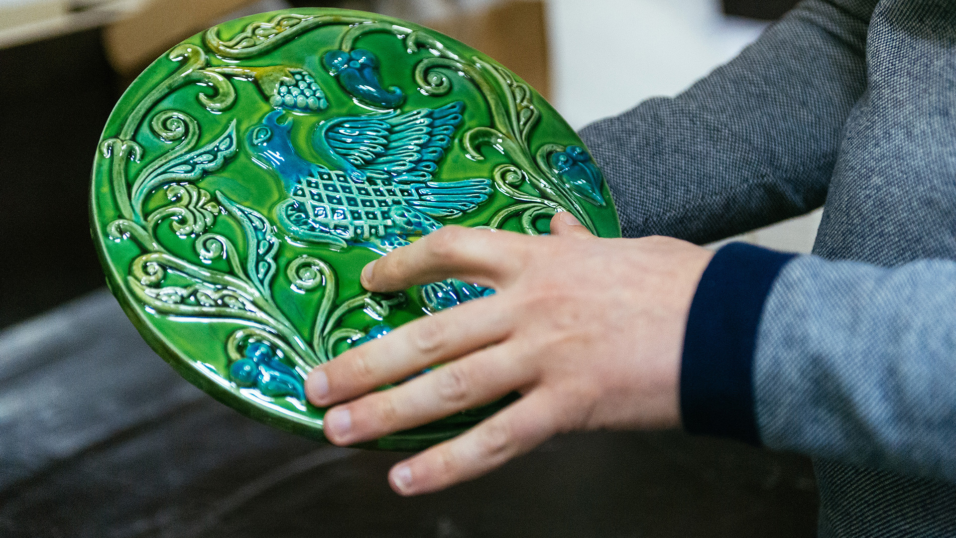 Muravleny izrazets made by CeramicaDecor, one of the Russian companies making souvenir tiles.