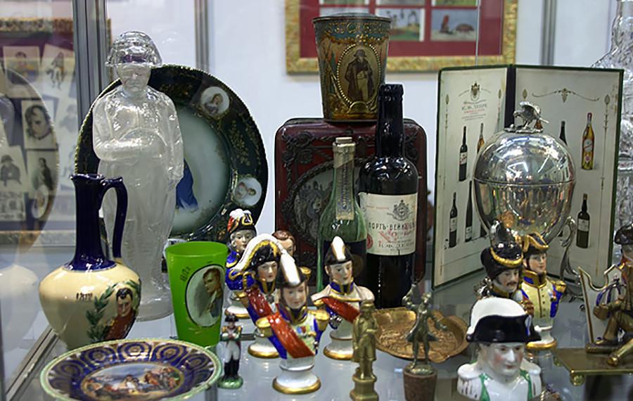 El vodka Napoleón, el licor Napoleónovski y otros objetos dedicados al emperador francés.