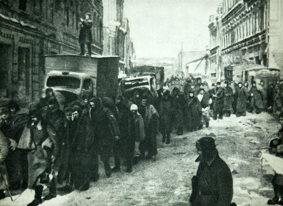 Februar 1943: Hitlers Truppen erlitten Verluste in Höhe von 330.000 Menschenleben. Sie waren umstellt.
