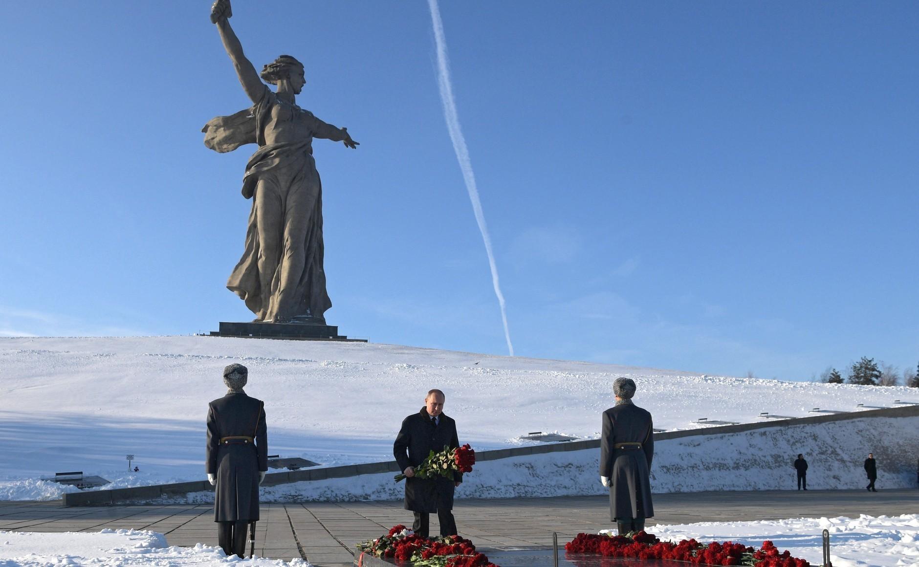 Руският президент Владимир Путин полага венец на вечния огън в Пантеона на славата в Държавния исторически и мемориален музей