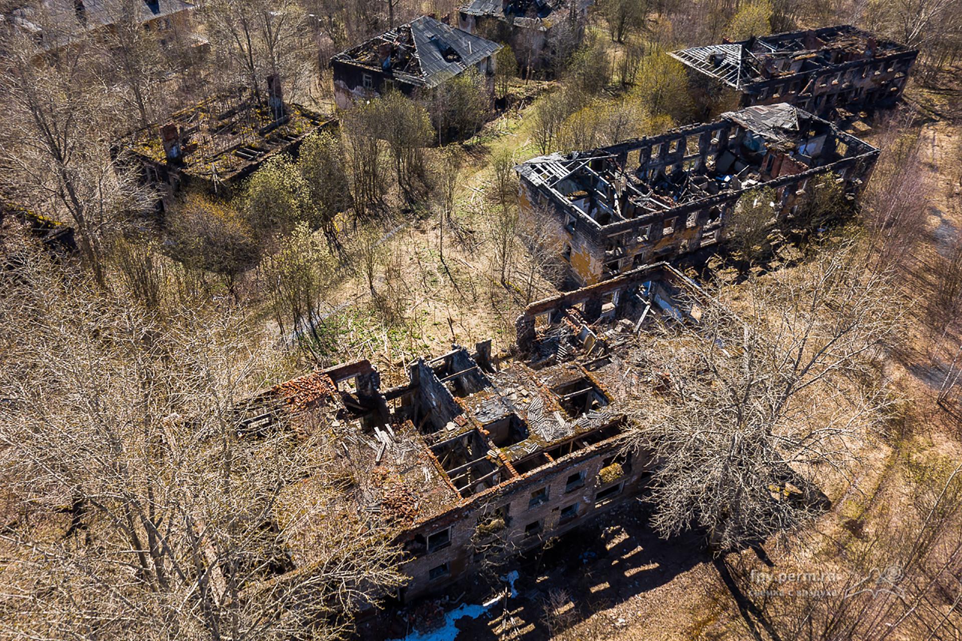 Vérjniaya Gubaja fue abandonada por los habitantes en la década de 1970, debido a la grave situación ecológica en este lugar.