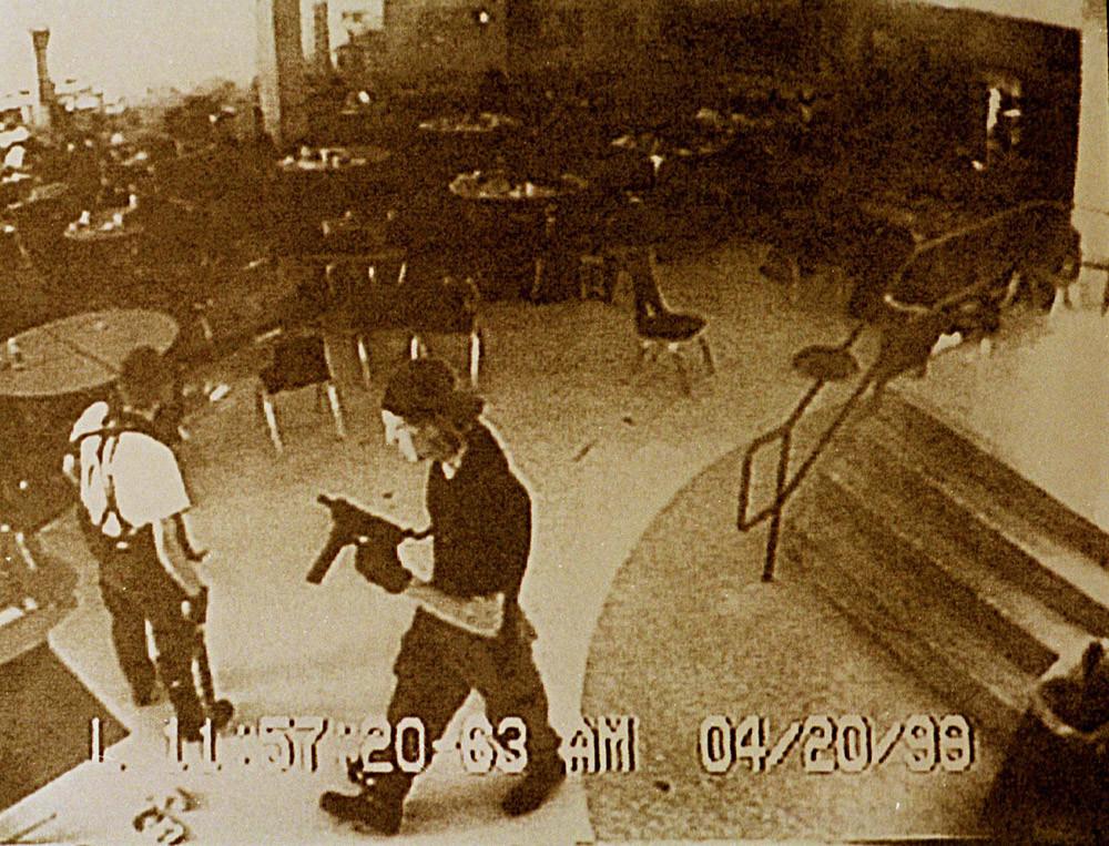Dylan Klebold (dir.) e Eric Harris (esq.) filmados pela câmera de segurança no café da Columbine High School em 20 de abril de 1999.