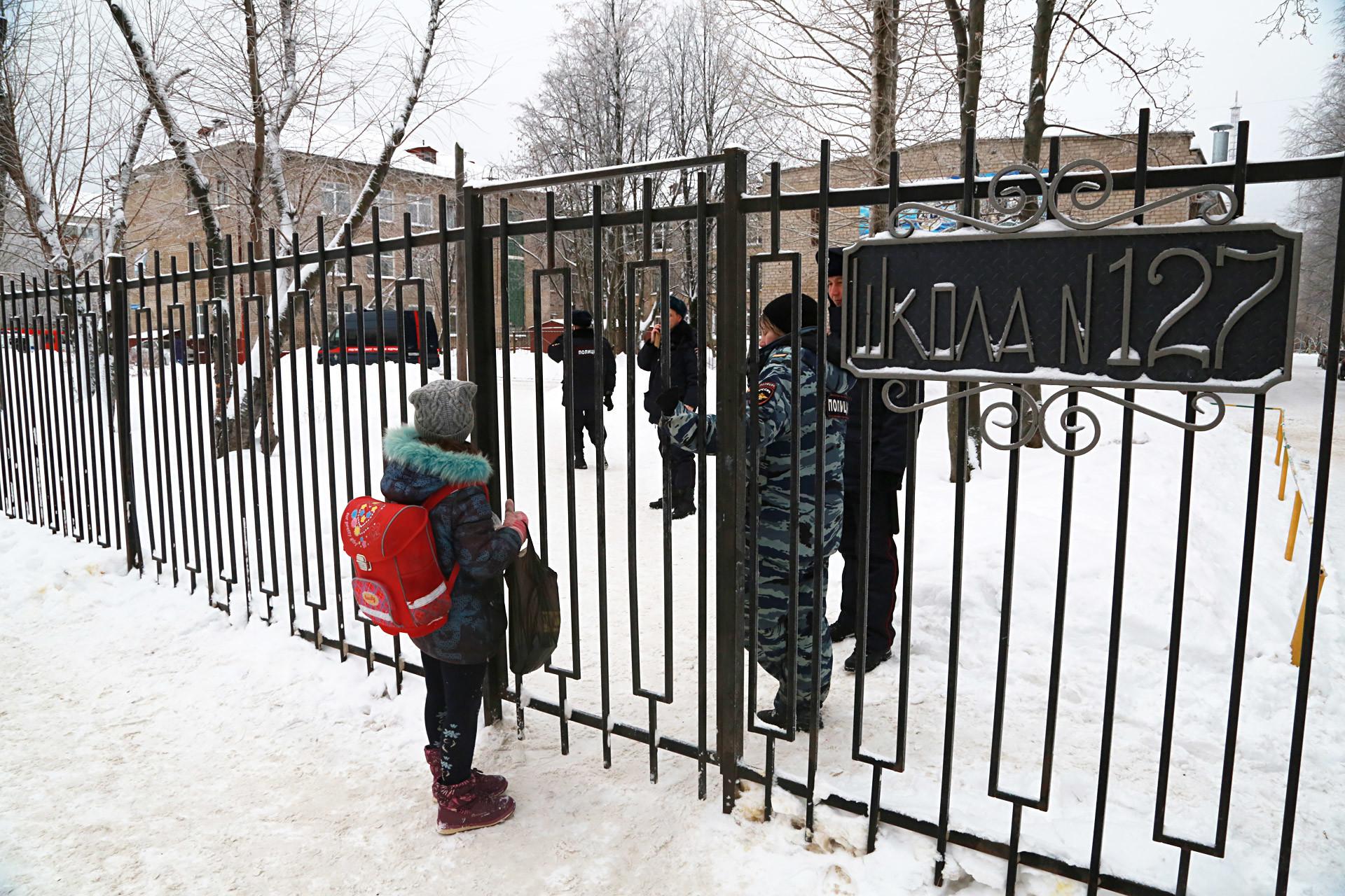 Entrada da Escola n° 127, em Perm.