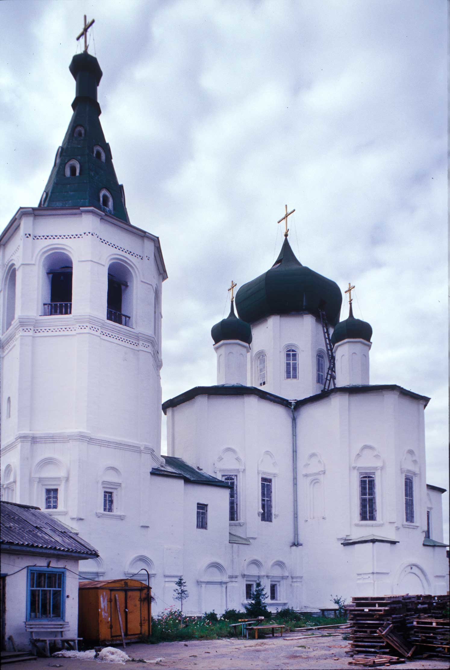 Trinity Monastery. Bell tower&Church of Sts. Peter and Paul, northeast view.  Photo: William Brumfield. Aug. 29, 1999.