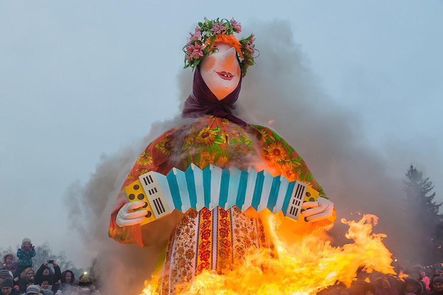 Queima de boneco de palha simboliza o fim do inverno