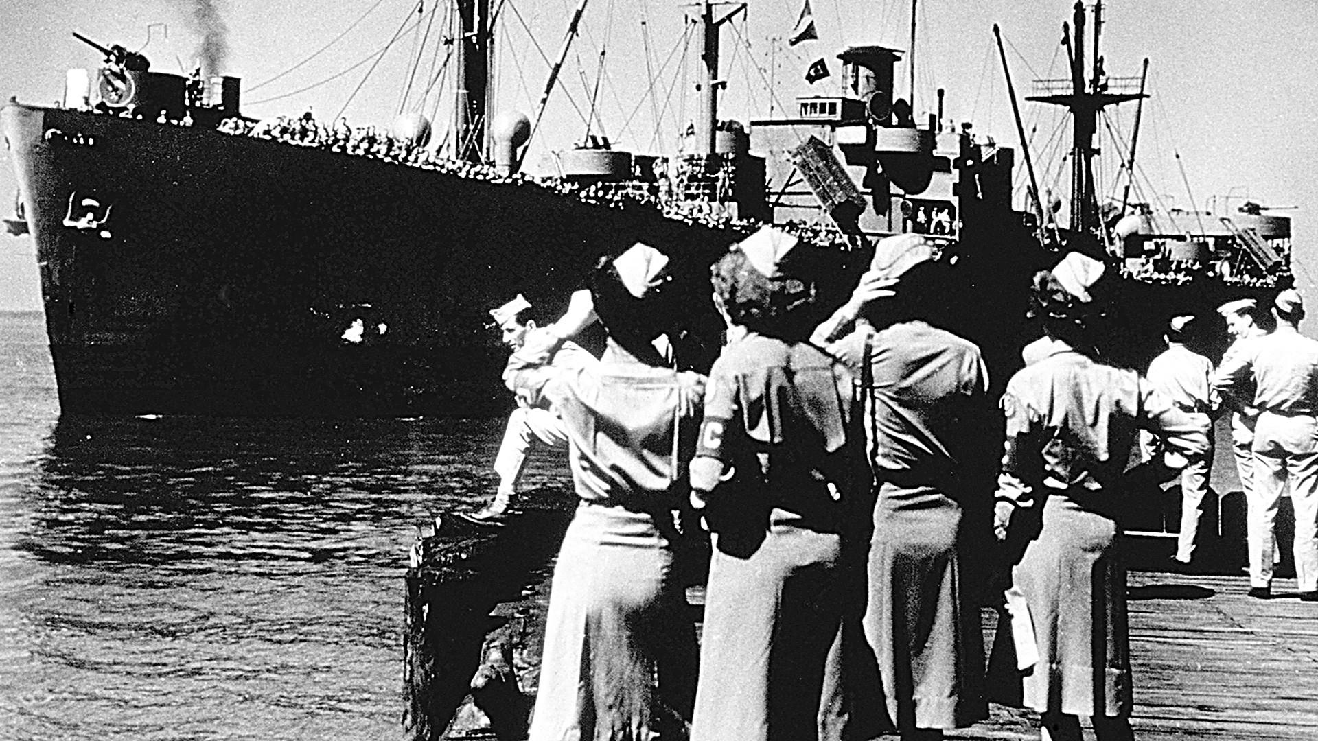 Die SS Cornelius Harnett im Hafen Newport News, Virginia, Juni 1945