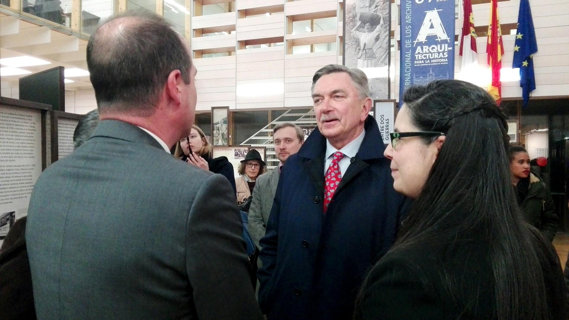El Embajador de Rusia en España, Yuri Korchagin, junto a la comisaria de la exposición, Verónica Sierra.