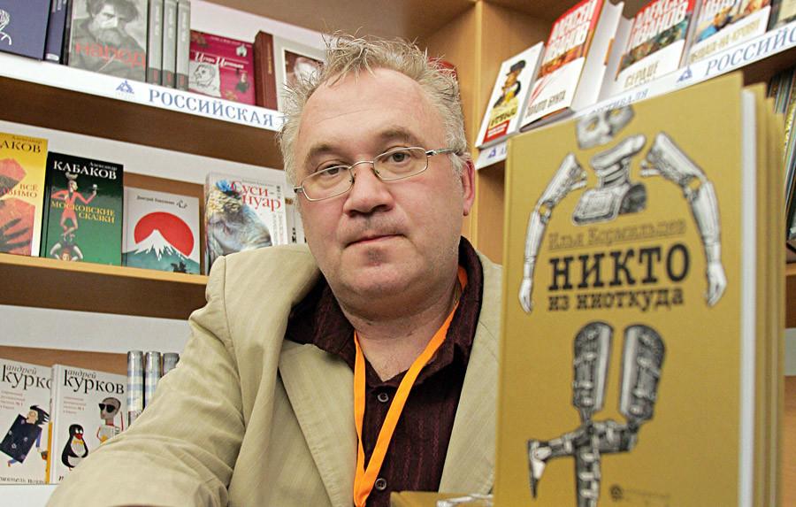 Iliá Kormiltsev durante encontro com leitores no Primeiro Festival Internacional Aberto de Livros de Moscou, na Casa Central do Artista, em Moscou, em 2006.