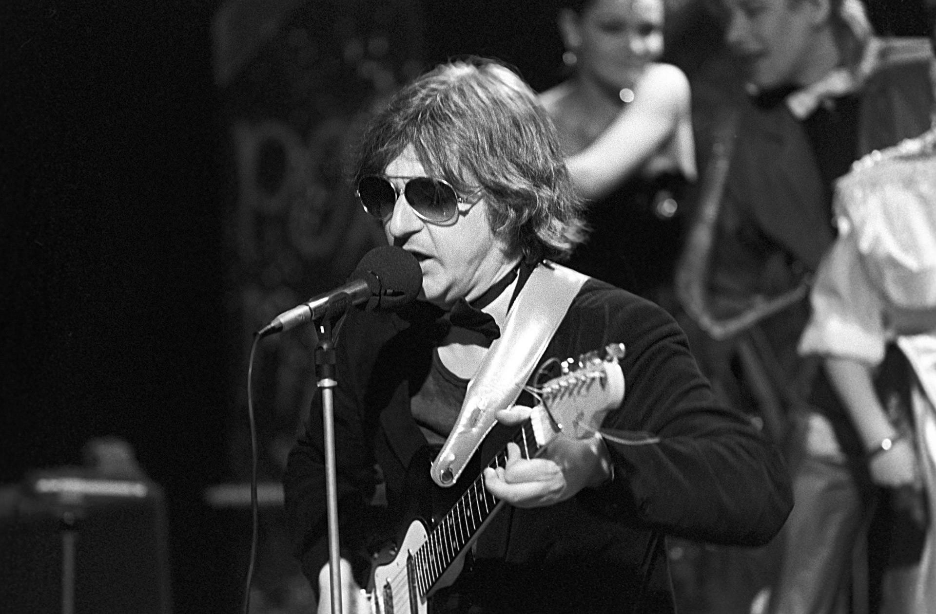 Mike Naumenko, líder fundador da banda de rock Zoopark, em São Petersburgo, em 1987.