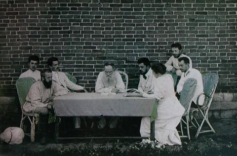 Tolstoj s svojo hčerko Tatjano in skupino Tolstojancev (pripadnikov njegovega krščanskega gibanja) pri organiziraciji humanitarne pomoči žrtvam lakote v Samari leta 1901.