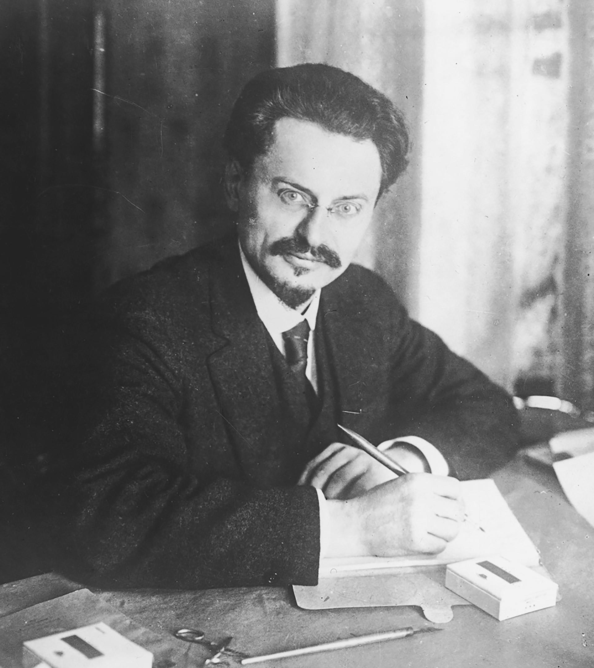 Sudoplatov juga merencanakan pembunuhan Trotsky, meneror kehidupan seorang Komunis tua di pengasingan.