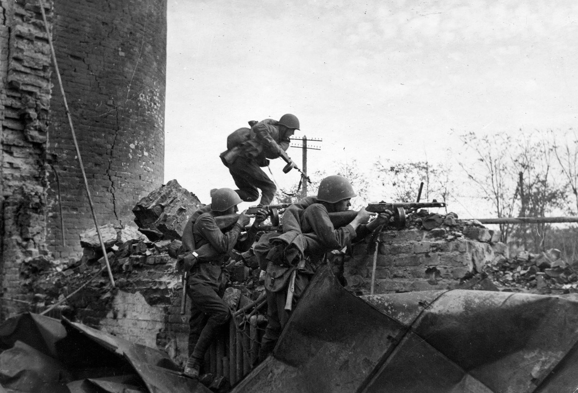 Saat PD II meletus, Sudoplatov bersama dengan kepala intelijen lainnya berupaya menghemat tenaga saat melawan Hitler — bukan di parit, melainkan dengan perang mata-mata.