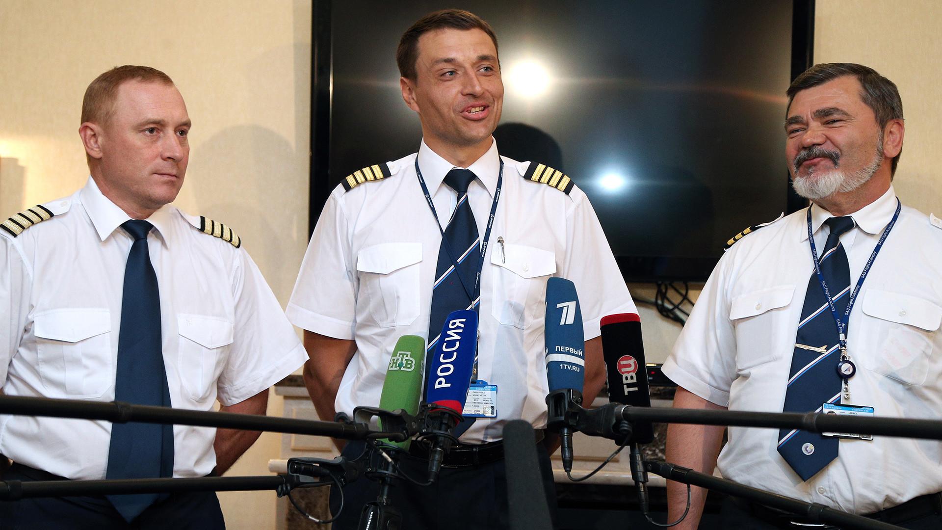 """Посада авиона Boeing 777 200 компаније """"Оренгбургские авиалинии"""": Андреј Карташов, Константин Парикожа и Дмитриј Алкејев (слева надесно)."""