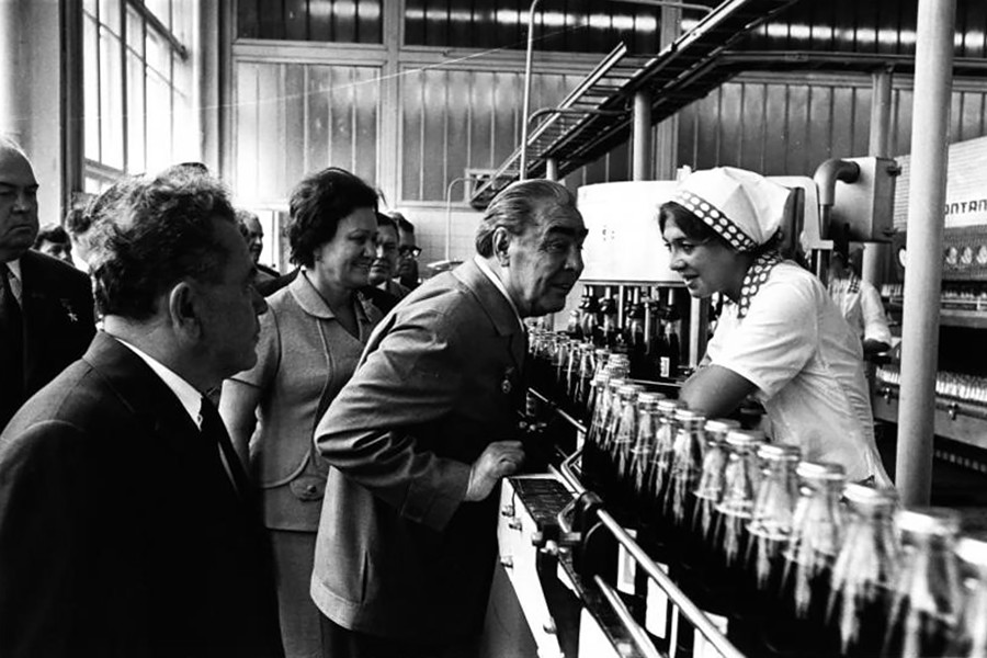 Leonid Breschnew besucht die erste Pepsi-Fabrik der Sowjetunion.