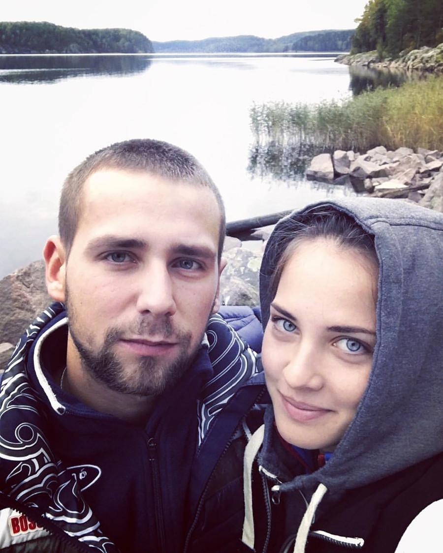 Brysgalowa (25 Jahre) und Kruschelnyzkij leben in Sankt Petersburg. Sie haben beide an der Staatlichen Nastionalen Lesgaft-Universität Sport, Erziehung und Gesundheit studiert.