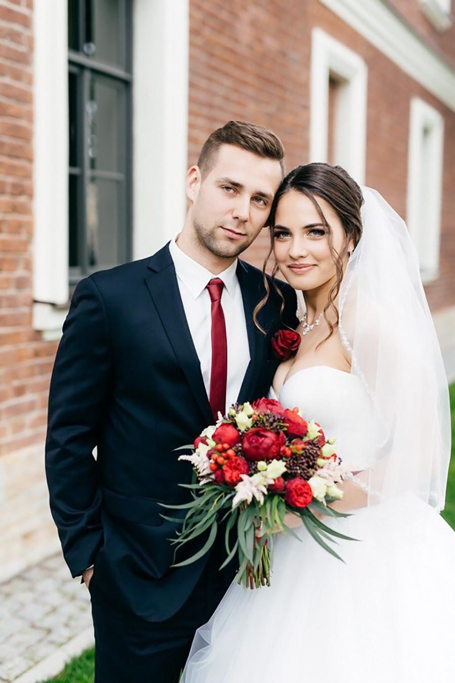 Im Juni 2017 heirateten die beiden dann. Die Flitterwochen verbrachten sie dabei weit weg vom Eis: in Spanien. Wie ihr Auftritt bei Olympia nun gezeigt