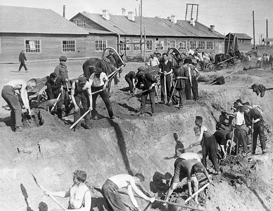 Builders at the Sharikopodshipnik plant digging in the ground, 1930s