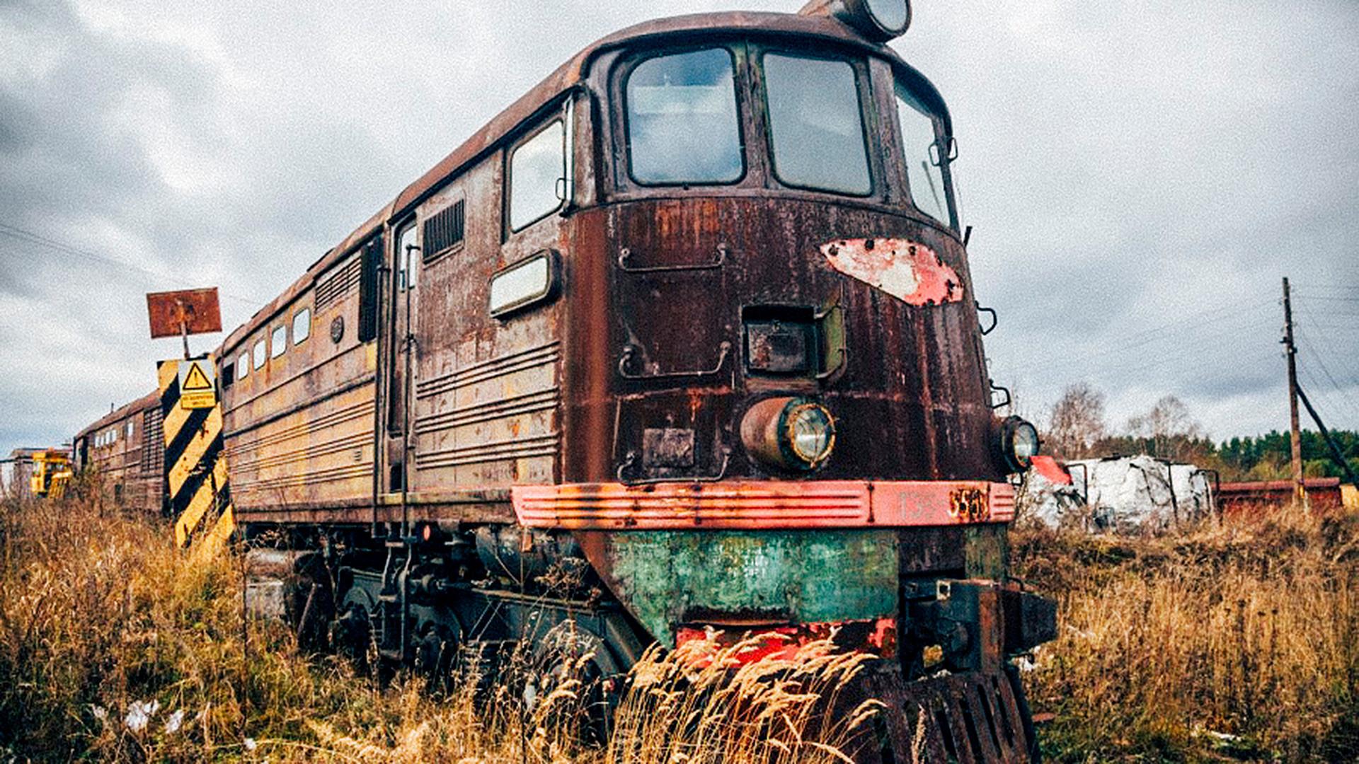 """Ausgemusterte Eisenbahnwaggons und Lokomotiven werden in Russland zerlegt und eingeschmolzen oder kommen auf sogenannte """"Zug-Friedhöfe"""". Passender wäre sicher """"Gnadenhof"""", denn im Notfall können die dort gelagerten Waggons und Loks auch wieder in den aktiven Betrieb zurückgeholt werden."""