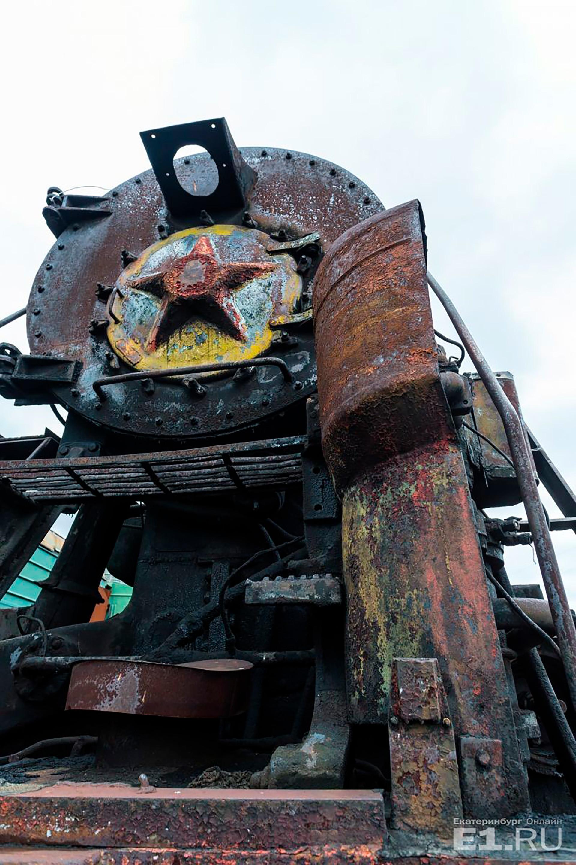 Während des Kalten Krieges hatten diese Lagerstätten Priorität, denn im Falle eines Atomkrieges wäre die Elektrizität im Lande ausgefallen und Dampfloks wären die einzige Alternative für den Zugverkehr gewesen. Darum wurden gerade die Dampflocklager überall im Land intensiv gewartet und bewacht.