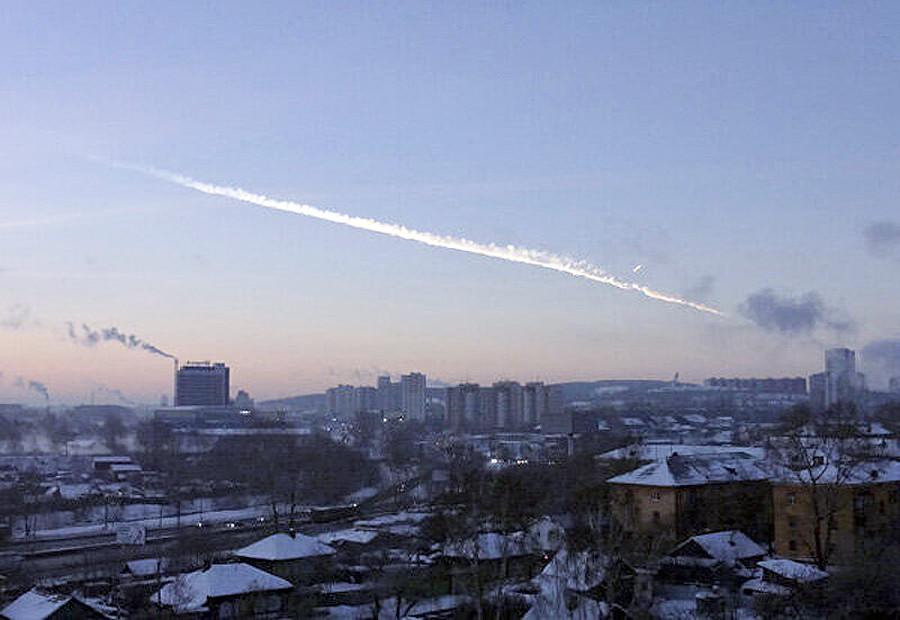 Sled meteorita nad uralskim mestom Čeljabinsk, okoli 1.500 km vzhodno od Moskve, 15. februar 2013