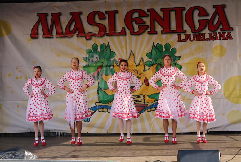 Fotografija z lanskega festivala Maslenica na glavni ljubljanski tržnici.