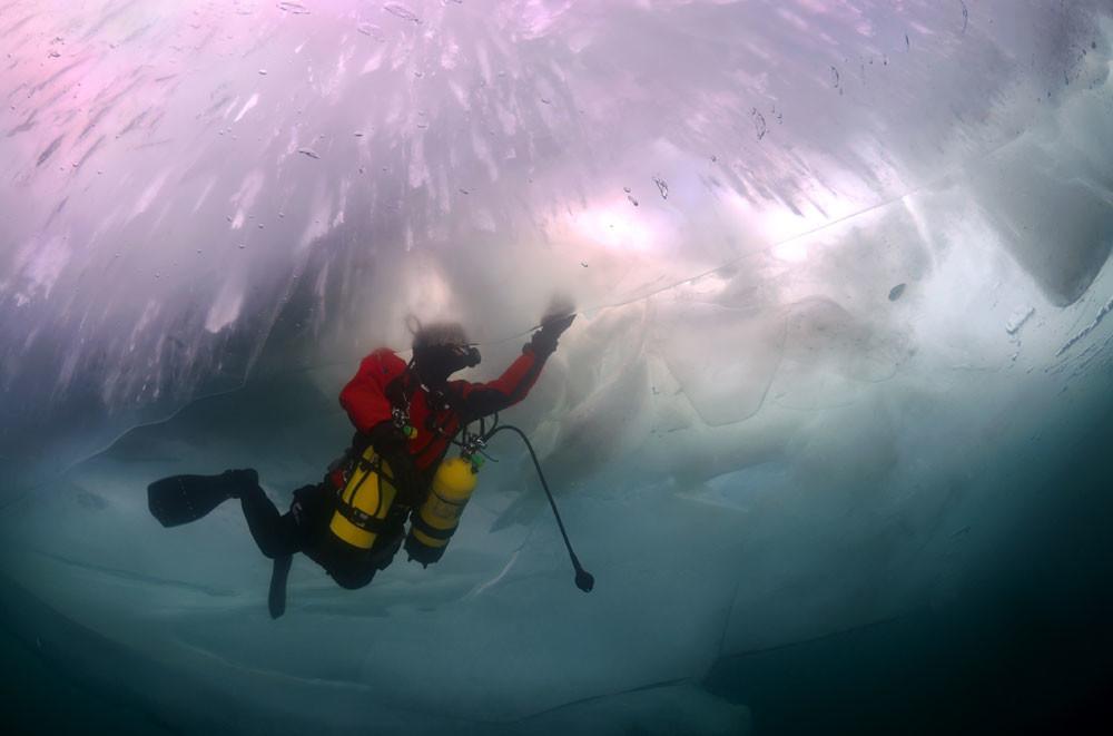 """""""Еднаш видов како еден од ѕидовите на ледената пештера буквално се распадна еден миг откако последниот нуркач од нашата група исплива оттаму"""", вели Некрасов."""