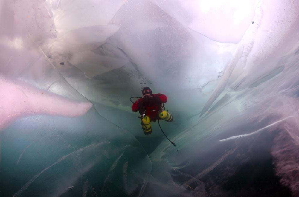 Мразот е полн и со мали ритчиња кои настанале на површината на Бајкалот.