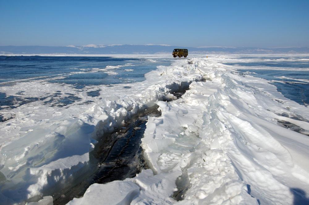 """""""Мраз, мраз и само мраз. 30 квадратни километри мраз! Без оглед на тоа дали патуваш 30 или 300 километри по површината на Бајкалот, пред тебе секогаш има само мраз!"""", вели Андреј Некрасов, украински фотограф, новинар, сеќавајќи се на своето бајкалско сафари од 2011 година."""