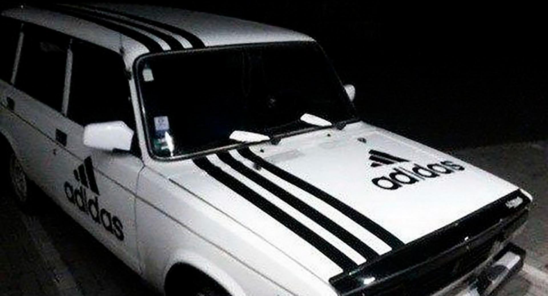 Di Rusia, Anda bisa menghias sebuah mobil dengan tiga garis ...