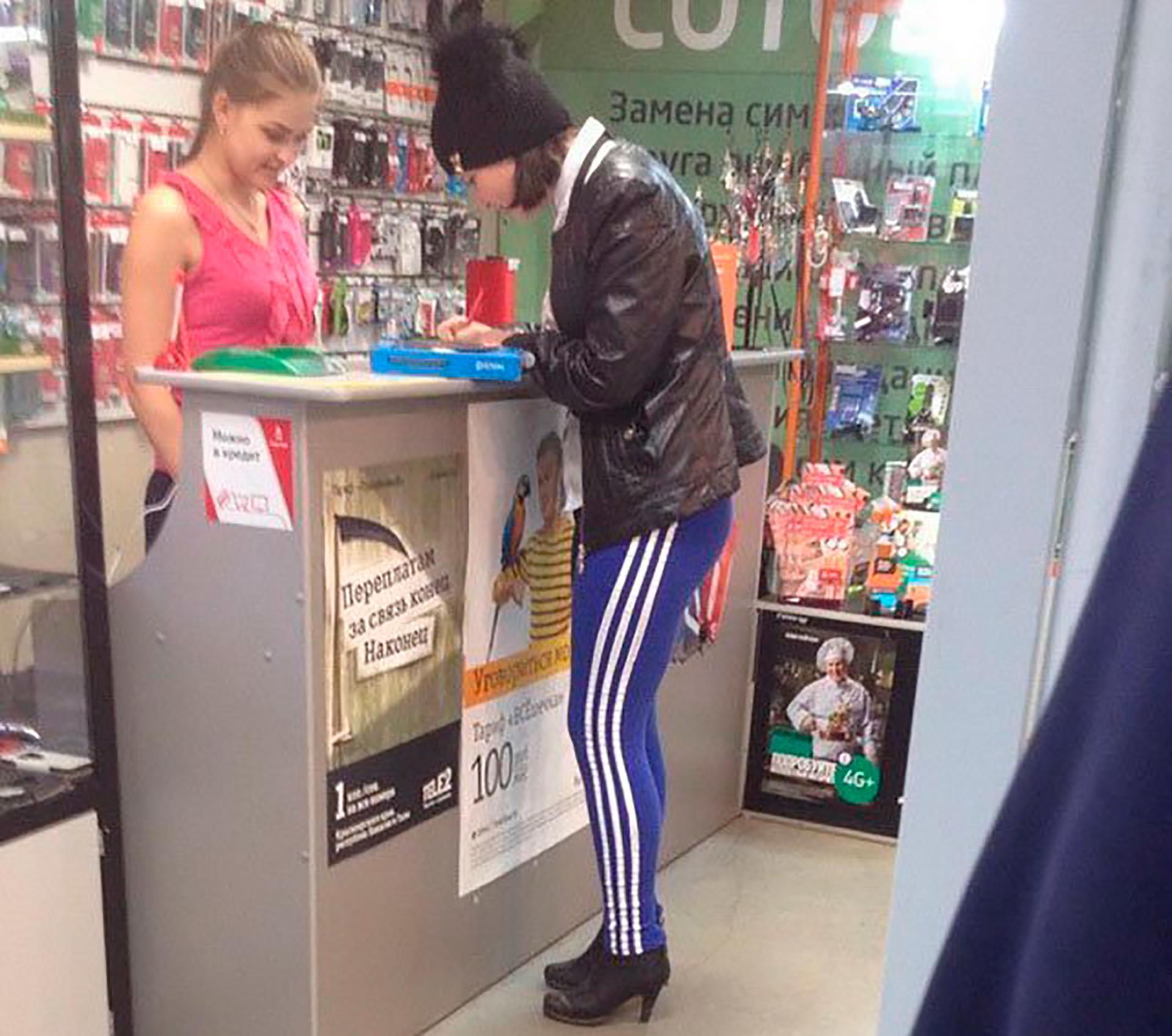 Terkadang, Adidas bahkan bisa dipadankan dengan sepatu hak tinggi (sebenarnya, itu aneh, tapi siapa yang peduli, ini Rusia).
