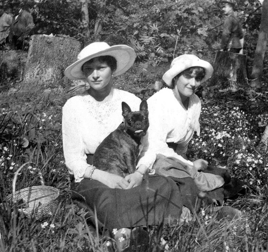 Татяна и Анастасия в Царско село, 1917 година.