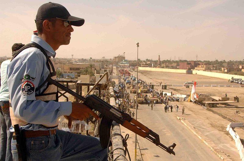 Pripadnik iraške policije z avtomatom Zastava M70AB.
