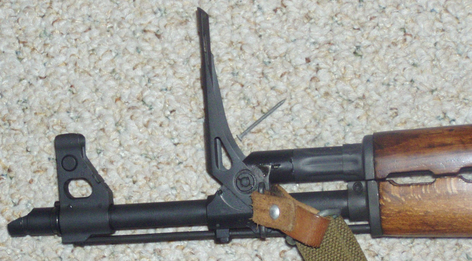 Dodatni poklopni merek za granate je ena od posebnosti M70, ki jo loči od originala.