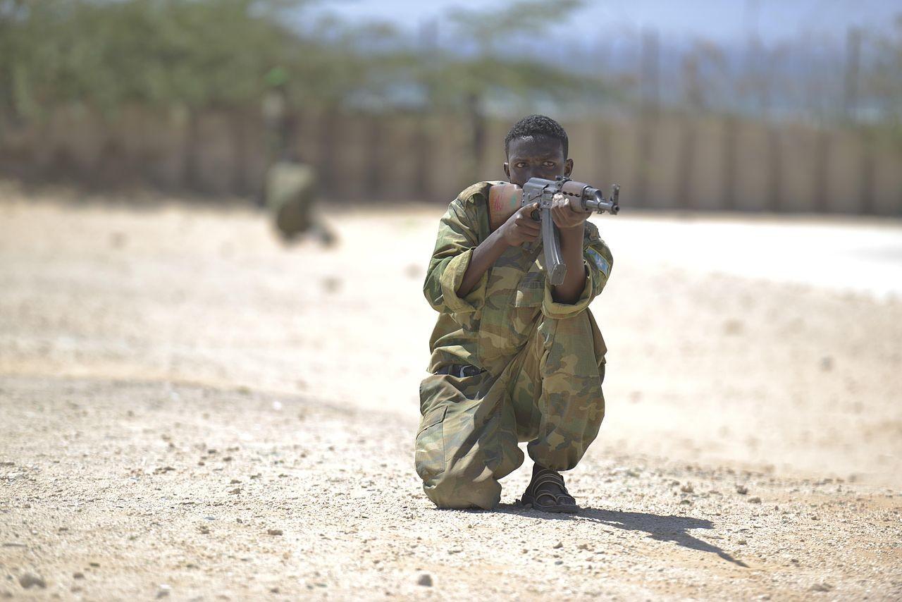 Somalski vojak med usposabljanjem s puško M70.