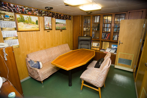 Sprejemna soba v poveljnikovem salonu.