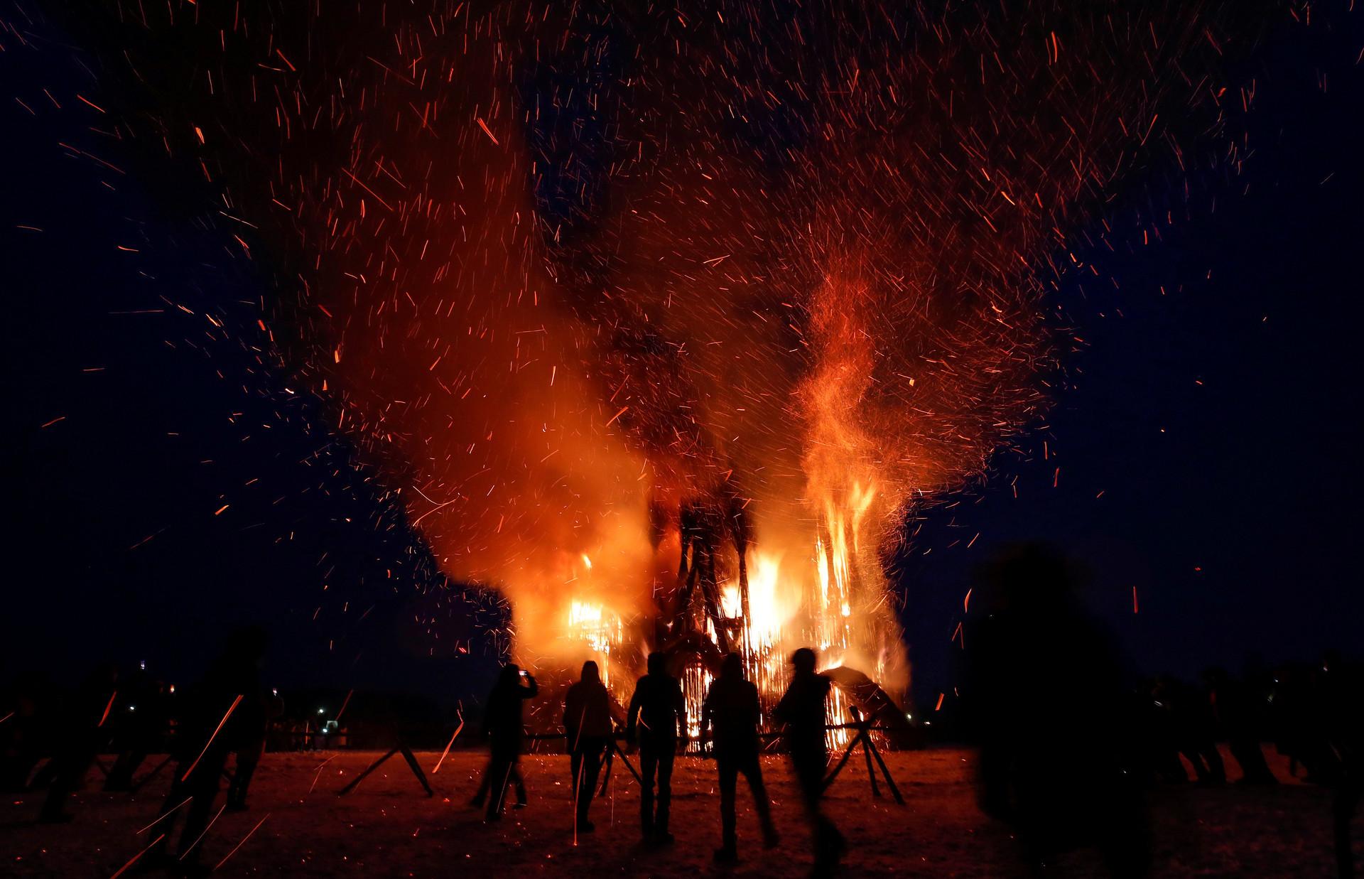 Espectadores ficaram impressionados com a instalação em chamas