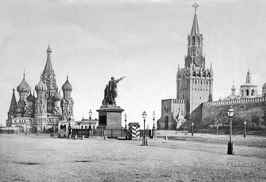 Червеният площад в Москва, Русия, около 1870 г. Отляво надясно - катедралата