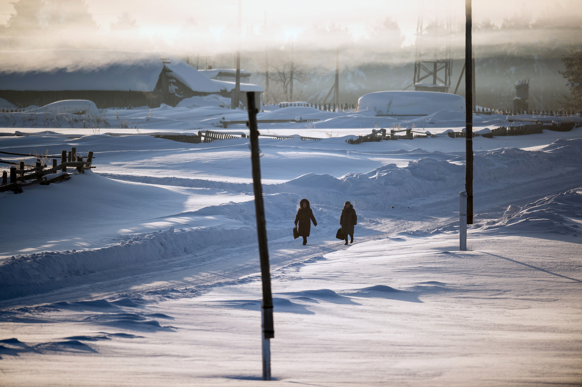 Stanovnici sela Jegorovka šeću ulicom, regija Omsk, Rusija.