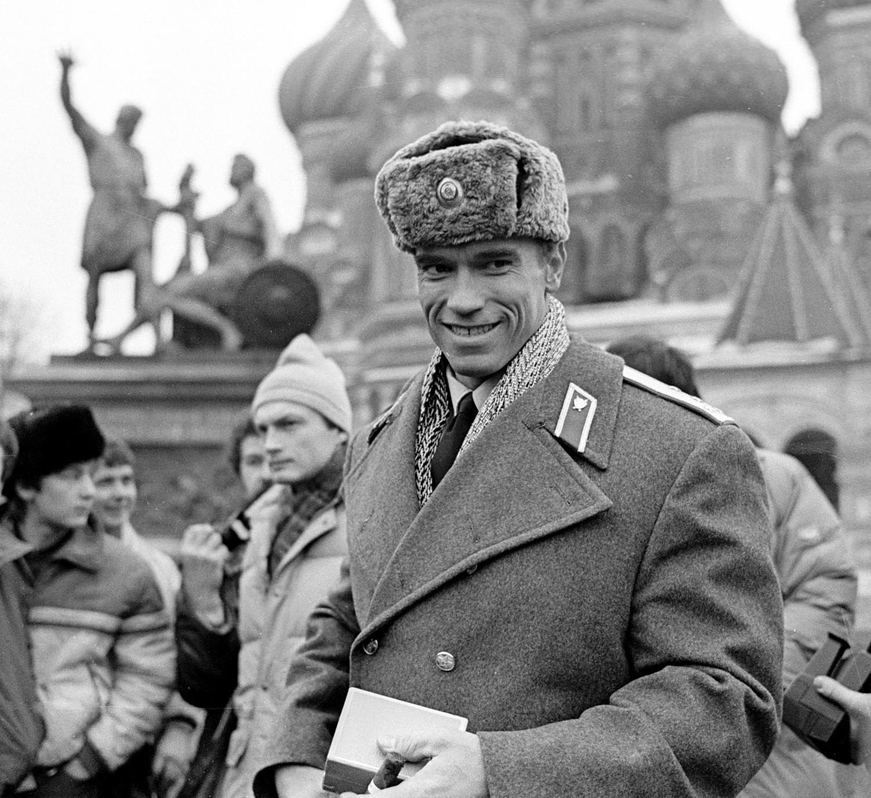 Arnold Schwarzenegger vestido de policía soviético en la Plaza Roja (Moscú) durante el rodaje de la película 'Danko: Calor Rojo', 1988.